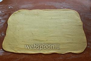 Каждую раскатать в прямоугольник (примерно 20х50 см). Смазать размягчённым маслом, посыпать сахаром, корицей.