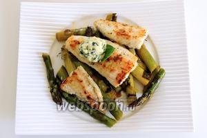 На тёплые тарелки кладём спаржу, сверху филе пангасиуса, целый листик базилика и на него сверху 1 ч. л. базиликового масла. Приятного аппетита!