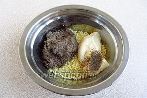 Соединить желтки со шпротной массой, заправить майонезом, посыпать перцем и солью.