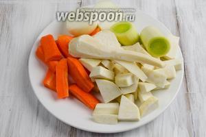 Овощи очистить. Вымыть. Нарезать крупными кусками.