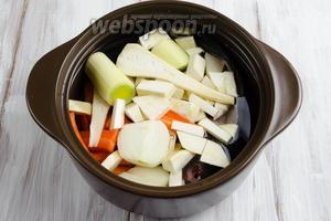 Залить овощи и рыбу холодной водой. Поставить на средний огонь. Снять появившуюся пену. Убавить огонь и варить на тихом огне в течение 30 минут.