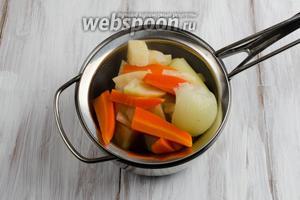 Кастрюлю снять с плиты. Вынуть овощи, откинув на дуршлаг.