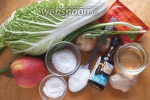 Подготовьте необходимые ингредиенты: свежую пекинскую капусту, лук, чеснок, яблоко, имбирь, соль, сахар, рисовую муку, воду, рыбный соус, зелёный лук.   Лучше всего использовать азиатский зелёный лук (шимонита), но если его нет, можно и обычный. Я ещё добавила столовую ложку пасты из перца хабанеро, но это уже для любителей очень острых блюд!