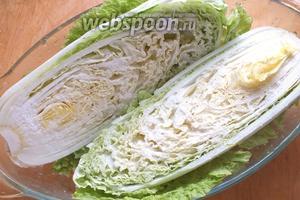 Разрежьте кочан капусты на 2 части и обильно присыпьте солью. Оставьте на 2 часа, затем переверните срезом вниз и подождите ещё 2-3 часа. Капуста должна стать мягкой и дать сок.
