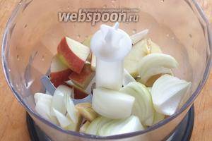 Затем измельчите в блендере: чеснок, репчатый лук, имбирь, яблоко. Постарайтесь не сильно вдыхать, когда снимите крышку!