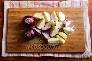 Для приготовления начинки порежьте лук на четвертинки.