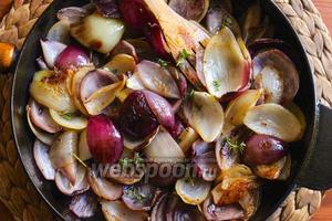 Растопите 3 ст. л. сливочного масла на среднем огне. Когда масло вспенится добавьте в сковороду лук и пассеруйте в течение 30-40 минут, пока лук не станет прозрачным и нежным, но сохранит форму. Чаще помешивайте лук, чтобы он не пригорел. Готовый лук щедро посолите и присыпьте свежими листиками тимьяна.