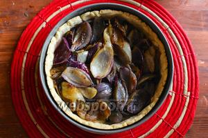 Наполните готовую песочную основу луком.