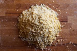 Вотрите сливочное масло в муку кончиками пальцев, чтобы тесто стало похоже на мелкие крошки.