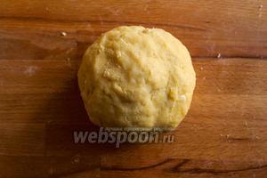 Вымесите тесто руками, пока оно не соберется в шар. Действуйте очень быстро, чтобы сливочное масло не успело нагреться и растаять. Затем заверните тесто в пищевую плёнку и уберите его в холодильник на 30 минут.