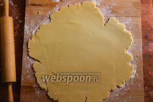 Охлаждённое тесто переложите на рабочую поверхность обильно присыпанную мукой и раскатайте в пласт толщиной 0,5 мм.