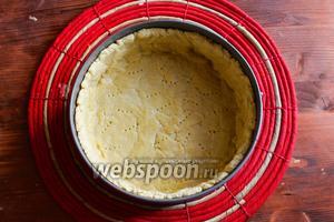 Выпекайте основу 15 минут, затем достаньте из духовки, удалите пергамент с фасолью и выпекайте ещё 5-7 минут, чтобы основа слегка зарумянилась. Вот, как видите, у нас получилась идеальная песочная основа с ровными бортиками и приятным слегка золотистым цветом.