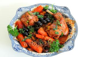 Сервируем кролика с овощами на красном вине с нарезанными листьями базилика и петрушкой. Приятного аппетита!