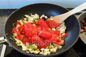 Сразу выкладываем помидоры в собственном соку.