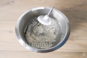 Сахарную пудру взбиваем с подсолнечным маслом.