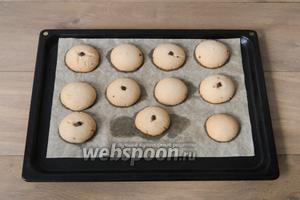 Выпекаем печенье при температуре 180°C до золотистого цвета, у меня на это ушло 15 минут. Готовое печенье вынимаем из духовки и оставляем остывать на противне.