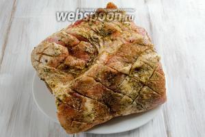 Натереть мясо пряно-масляной смесью.