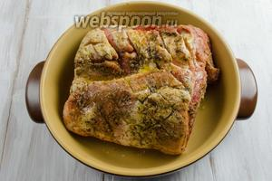 Подготовленное мясо выложить в глубокую сковороду. Ещё раз смазать 1 ст. л. оливкового масла. Сделать высокие борта из фольги так, чтобы мясо сверху оставалось открытым. Поставить мясо в очень горячую духовку. Запекать в течение 20-30 минут при температуре 240°C, затем снизить температуру до 170°C и продолжить запекать ещё 2 часа.