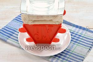 Концы марли завернуть наверх. Сверху выложить блюдце и небольшой груз (пол-литровую банку с водой). Поставить в холодильник минимум на 12 часов, периодически сливая образовавшуюся жидкость.