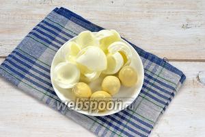 Яйца отварить до готовности и отделить желтки от белков.
