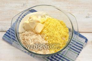 Добавить к творогу и желтками сливочное масло комнатной температуры, сахар, сливки.