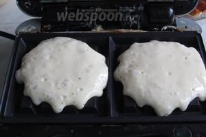 Разогреть вафельницу для толстых вафель и вливать в каждый отсек тесто так, чтобы заполнить нижний отсек, у меня уходило 2 маленьких половника.