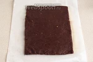 На промасленной бумаге для выпечки из шоколадного «теста» выложить прямоугольник.