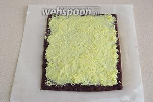 Покрыть шоколадный пласт слоем кокосового крема.