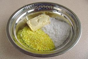 Смешать размягчённое сливочное масло, пудру и кокосовую стружку.