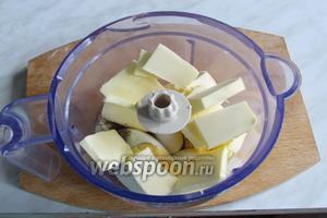 Добавить соль, перец и размягчённое сливочное масло.