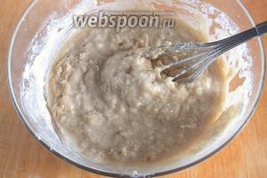 Всыпьте сухие ингредиенты в жидкие. Не взбивая, аккуратно перемешайте венчиком — пусть останутся маленькие комочки.