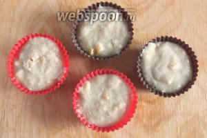 Разложите тесто по стандартным формочкам для маффинов, наполняя почти до верха. Из данного количества теста получается 6-7 маффинов весом от 50 - 65 гр.