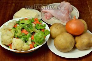 Для приготовления супа нам понадобятся следующие ингредиенты: замороженные овощи (у меня цветная капуста, брокколи, морковь, фасоль, зеленый горошек), плавленый сырок, картофель, куриные голени, лук, соль, перец.