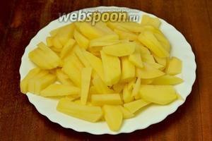 Картофель очищаем, нарезаем брусочками.