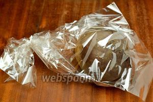 Свеклу варим или запекаем в духовке. Чтобы из неё не ушла сочность я это делаю в пакете для запекания, проткнув его в нескольких местах зубочисткой.