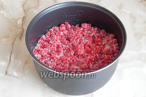 Перемешиваем ягоды с сахаром.