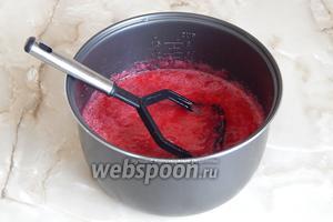 Ягоды пустили сок. Теперь можно поступить следующим образом: с помощью погружного блендера или простой толкушки измельчаем ягодки. Это можно сделать сразу или спустя минут 15 после их закипания. В любом случае нам нужно добиться относительной однородности массы — джем как никак!