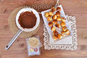 Каждую палочку обмакнуть в шоколад и воткнуть в бисквит.