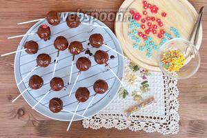 Обмакивать кейкпопсы в шоколаде и класть сушить на решётку.