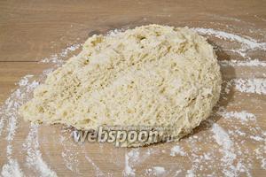 Рабочую поверхность посыпаем мукой, вываливаем туда подошедшее тесто. Не вымешиваем его.
