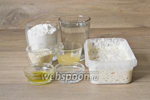По истечению указанного времени подготавливаем остальные ингредиенты для приготовления кунжутных батонов. Для этого возьмём тёплую воду, муку, готовый притвор, мёд, кунжут, масло подсолнечное, соль, дрожжи инстантные.