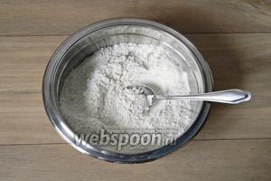 Отдельно смешиваем сухие ингредиенты: муку, соль, дрожжи, кунжут.