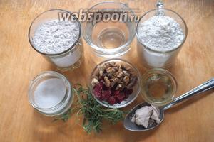 Подготовьте необходимые ингредиенты: пшеничную хлебопекарную муку, цельнозерновую муку, тёплую воду (36-38ºC), сахар, соль, клюкву, орехи, розмарин, масло, дрожжи.