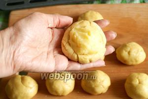 Углубления наполнить картофельным пюре.