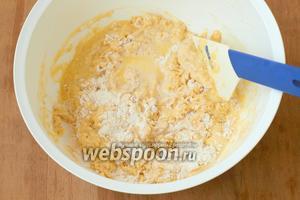 В миску просеять 2 стакана муки, добавить дрожжевую и масляную смеси. Может понадобиться ещё немного тёплой воды сколько «возьмёт» тесто. Подсыпая остальную муку замесить тесто.