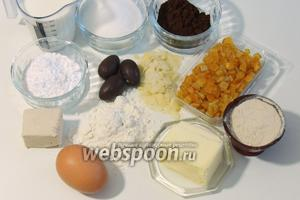 Подготовим ингредиенты: муку высшего сорта, свежие дрожжи, яйца — 4 желтка и 2 целых, масло сливочное комнатной температуры, сахар и сахарную пудру, ячменный солод, соль, какао-порошок, апельсиновые цукаты, миндальные лепестки, шоколадные яйца, молоко.