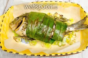 Готовую рыбу вынуть из духовки. Выложить на блюдо. Подавать в горячем виде с лимоном к обеду или ужину.