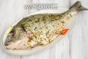 Нанести маринад на тушку рыбы равномерно по всей поверхности, внутри рыбы.