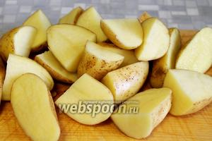 Крупно порезать тщательно промытый картофель.