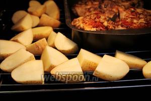 Поставить в нагретую до 250 ºC духовку противень с мясом, рядом на решётке разложить картофель.